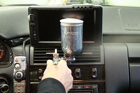 車内光触媒コーティングのエアコン吹出し口への施工風景